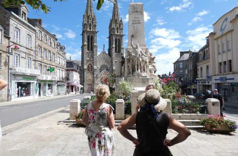 sculpture de Marcel Pierre visiteurs centre ville la Ferté Macé