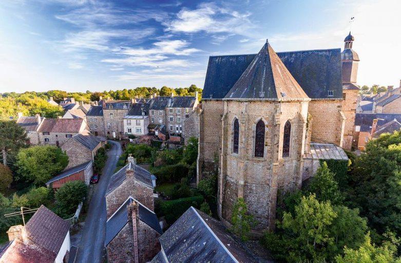 Vue sur l'église Saint-Pierre de La Carneille