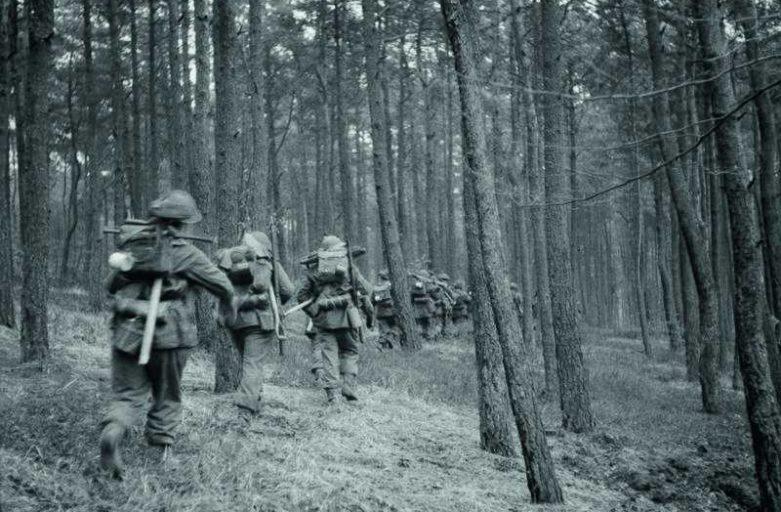 Soldats dans le bois de berjou août 44