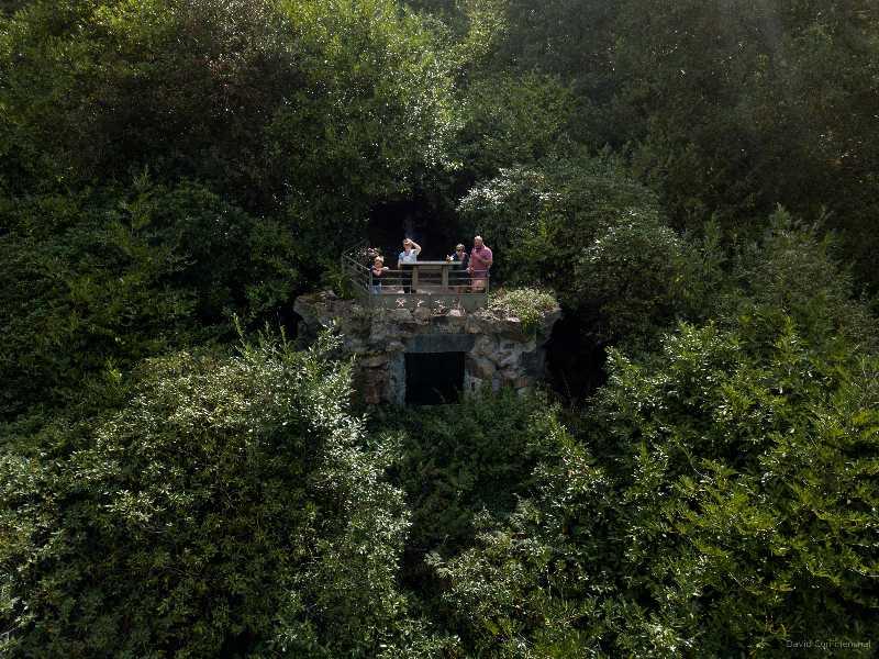 Vue sur famille sur le sentier nature au mont de Cerisy
