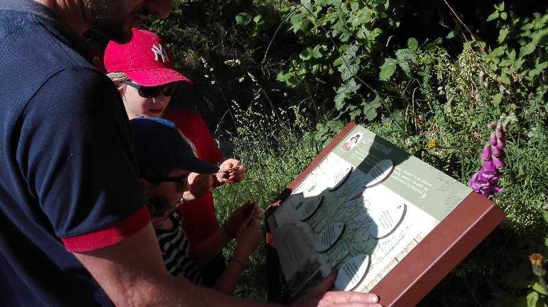 Enfants et panneau au fil du lembron taillebois
