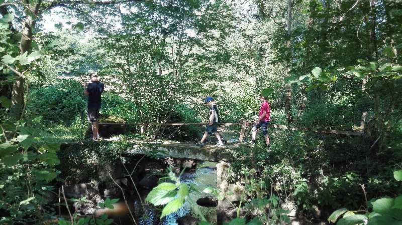 Enfants sur un pont romain surplombant le Lembron