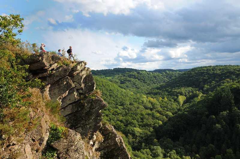 Profil humain roche d'Oëtre et vallée boisée