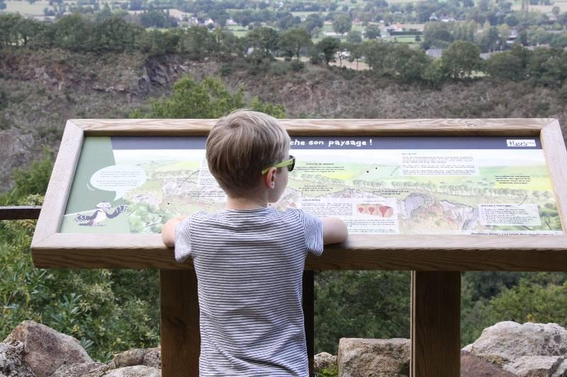 Vue sur la Vallée du Noireau enfant et panneau