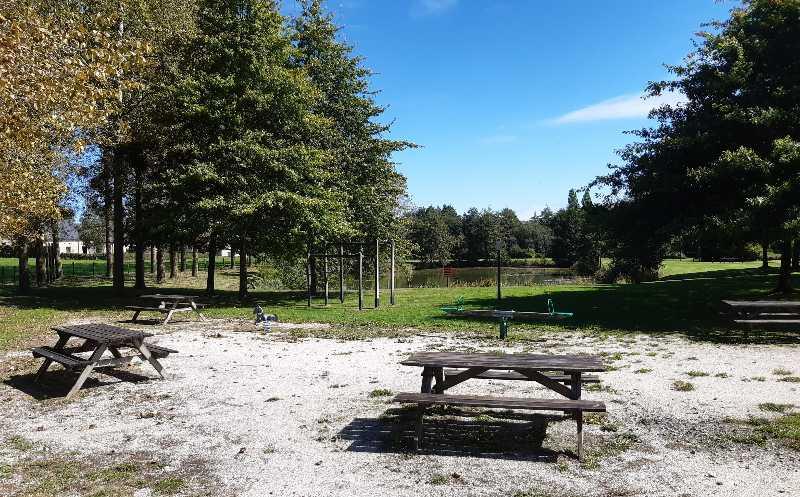 Tables de pique-nique près de l'étang de bellou-en-houlme