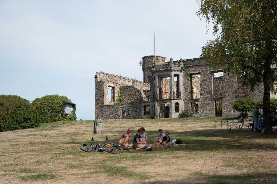 Pique-nique au château du mont de Cerisy Belle Etoile