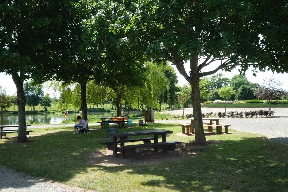 Tables de pique-nique près de l'étang de la queue d'aronde à Athis de l'Orne