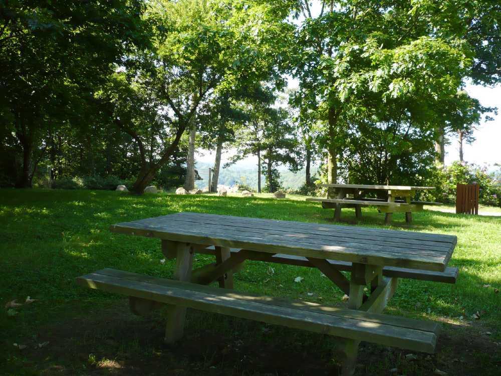 Tables de pique-nique à la Roche d'Oëtre