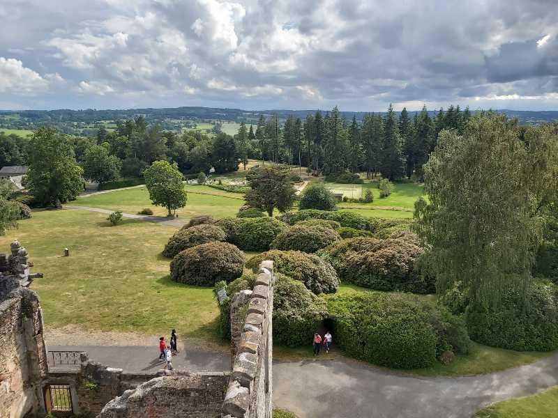 Vue du château au mont de Cerisy