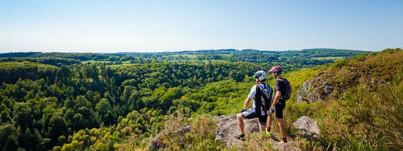 Des VTTistes profitent du panorama de la Roche d'Oëtre en Suisse Normandes